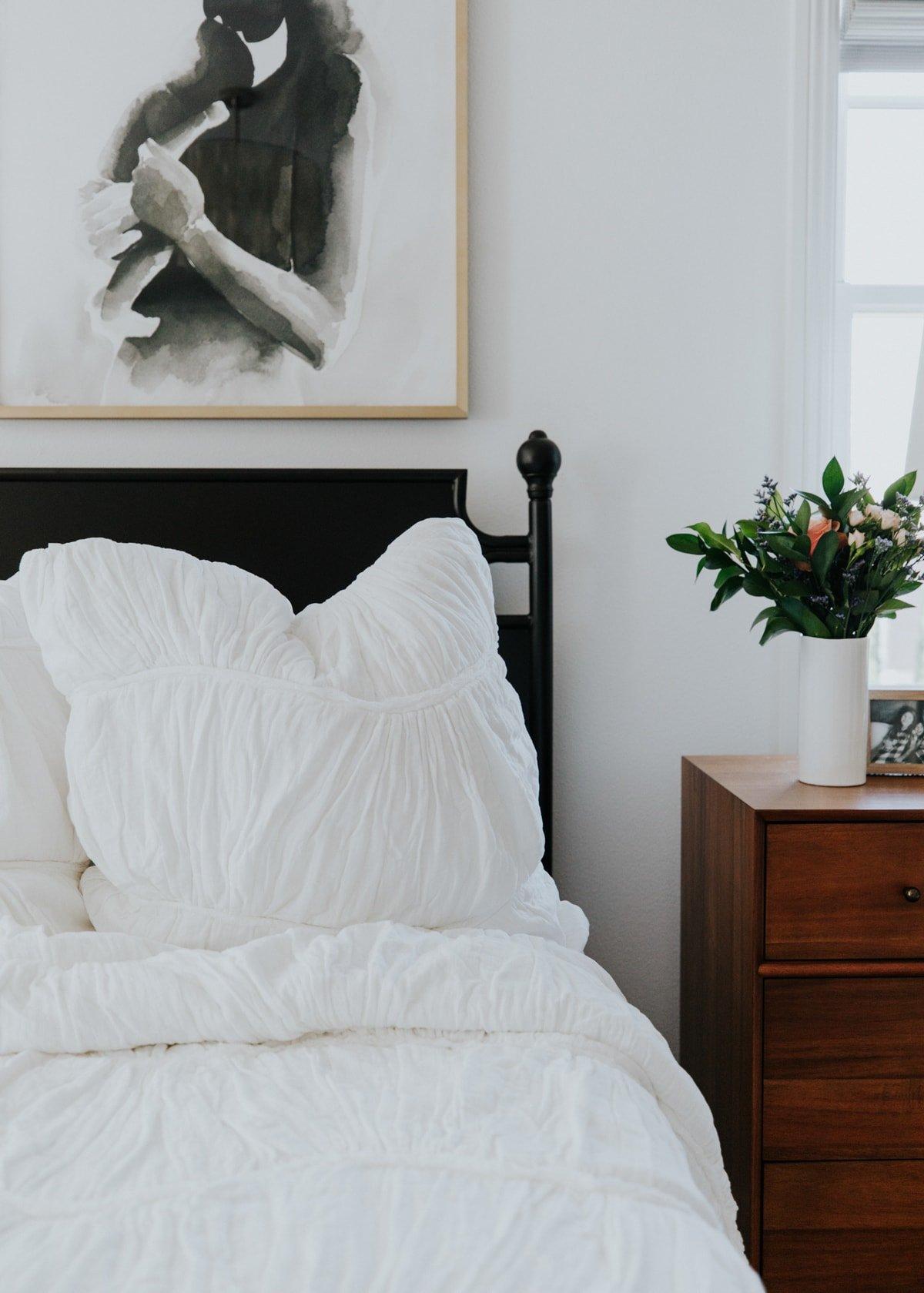master bedroom white shams